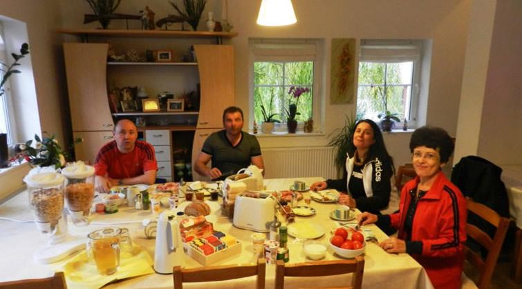 Mic dejun la Pensiunea Lucinel